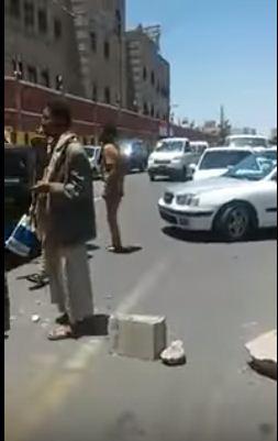 اليمن : احتجاج لعسكريين امام وزارة الداخلية بصنعاء للمطالبة بالرواتب ويصرخون  يرحل أبو ملعقة (فيديو)