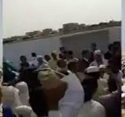 المغاربة يؤدون اليوم صلاة عيد الفطر وهكذا تعاملوا مع الخطيب بالأحذية (فيديو)