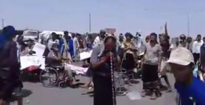 شاهد بالفيديو : الجيش الموالي لهادي اخذهم لحم ورماهم عظم  (مظاهرة للجرحى في مأرب) اليمن