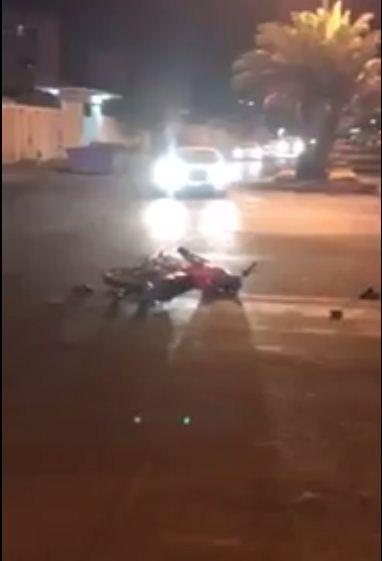 فيديو : سائق يدهس شابين سرقا جواله بعد مطاردتهما في ينبع - السعودية