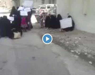 شاهد بالفيديو امهات المعتقلين في المكلا يطالبن بالإفراج عن ذويهم المعتقلين في سجون الامارات السرية باليمن