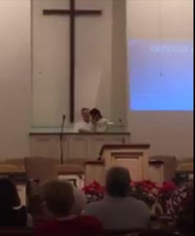شاهد بالفيديو الطيار السعودي حماد العنزي يرفع لنا مراسم توديعه الاسلام وإعتناق المسيحية في احد الكنائس في امريكا