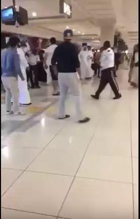 شاهد بالفيديو مشاجرة وطعن أحد حراس الأمن داخل مول بالسعودية