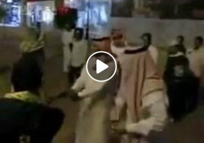 بالفيديو: سعودي يهرج بالشارع ويسخر من الحكومة والراتب ولم يعمل حساب الشرطة التي تدخلت بالموقف