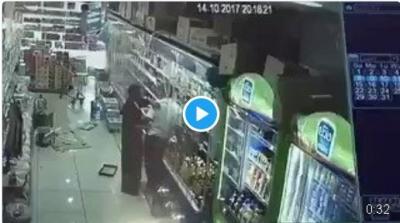 بالفيديو يمني يضرب سعودي بقوة ثم ينشر المقطع على نغمة شيلة والسعوديون يطالبون بضبطة
